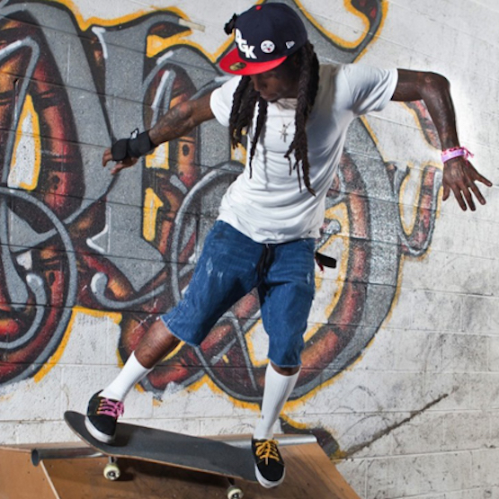 Lil Wayne in uno skatepark nel video Skate It Off