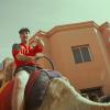 Clementino in sella ad un cammello nel video di Joint